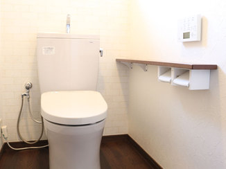 トイレリフォーム 機能性のある壁紙とタイル柄の壁紙を貼り分け、明るく落ち着いた雰囲気になったトイレ
